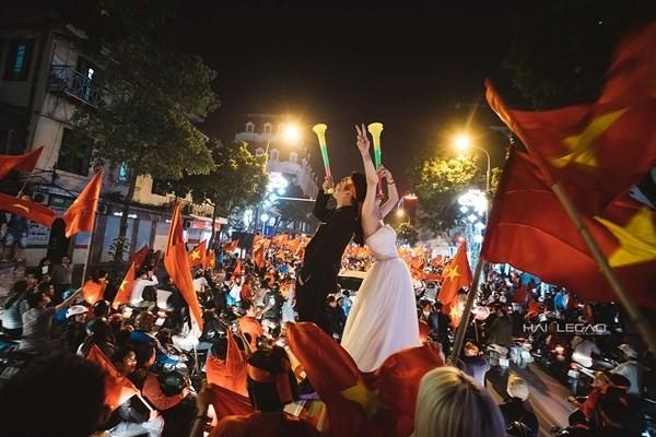 'Đi bão' mừng U23 Việt Nam, cô gái được cầu hôn và có ngay ảnh cưới độc ảnh 2