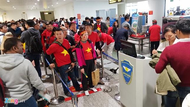 Cổ động viên náo nức sang Trung Quốc cổ vũ U23 Việt Nam ảnh 1