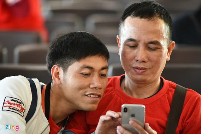 Cổ động viên náo nức sang Trung Quốc cổ vũ U23 Việt Nam ảnh 5