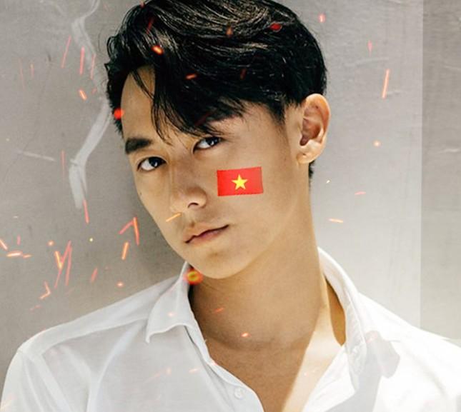 Các nghệ sĩ hát 'Về nhà thôi' gửi tặng 'người hùng' U23 Việt Nam ảnh 1