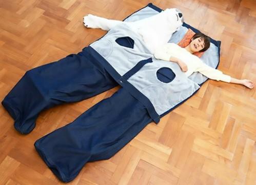Các đôi Nhật chuộng thể hiện tình yêu bằng quần jean khổng lồ ảnh 1