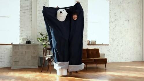 Các đôi Nhật chuộng thể hiện tình yêu bằng quần jean khổng lồ ảnh 2