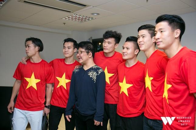 Con trai nghệ sĩ Quốc Tuấn hạnh phúc chụp ảnh cùng đội U23 Việt Nam ảnh 1