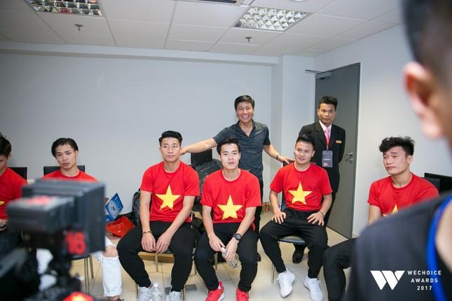 Con trai nghệ sĩ Quốc Tuấn hạnh phúc chụp ảnh cùng đội U23 Việt Nam ảnh 2