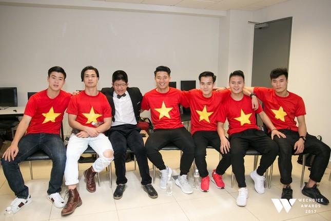 Con trai nghệ sĩ Quốc Tuấn hạnh phúc chụp ảnh cùng đội U23 Việt Nam ảnh 3