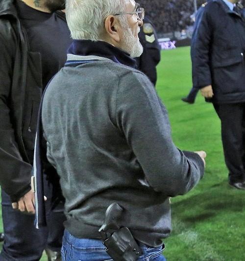 Ông chủ đội bóng mang súng xuống sân 'nói chuyện' với trọng tài ảnh 1