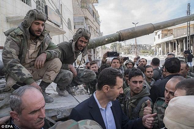 Tổng thống Assad bất ngờ xuất hiện đầy tự tin ở chiến tuyến ác liệt ảnh 1