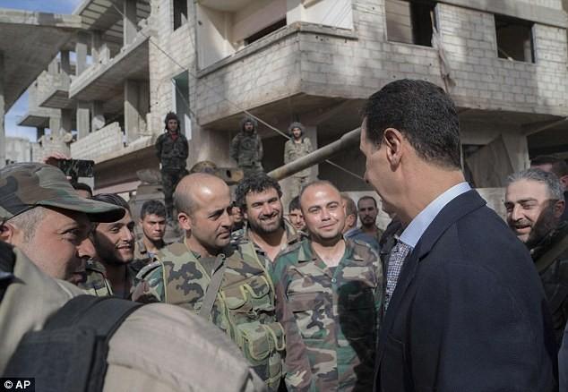 Tổng thống Assad bất ngờ xuất hiện đầy tự tin ở chiến tuyến ác liệt ảnh 2