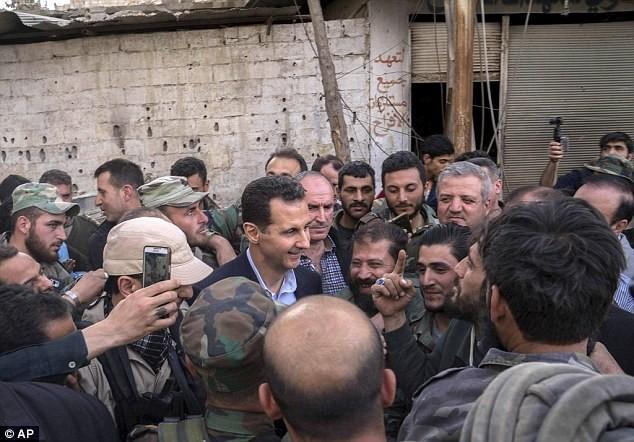 Tổng thống Assad bất ngờ xuất hiện đầy tự tin ở chiến tuyến ác liệt ảnh 3