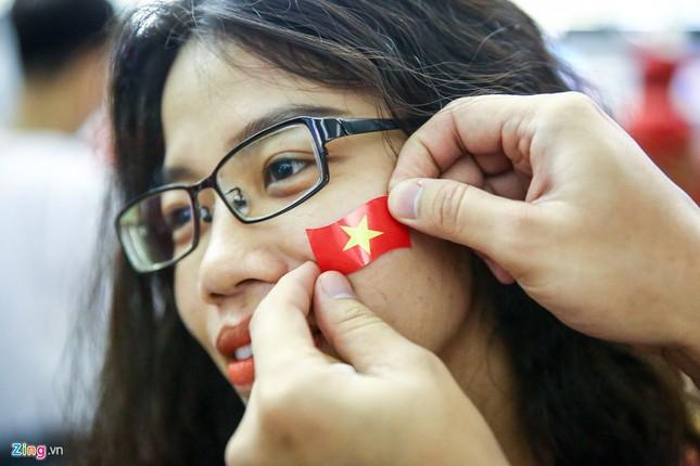 Người hâm mộ, các 'sao' 'tiếp lửa' cho Olympic Việt Nam từ mờ sáng ảnh 10