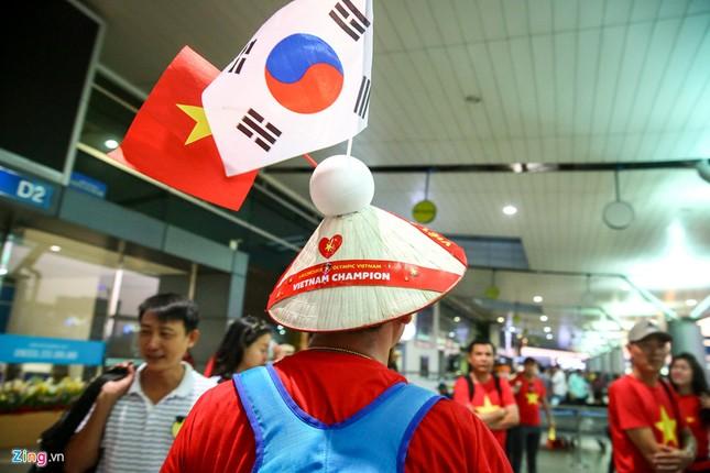 Người hâm mộ, các 'sao' 'tiếp lửa' cho Olympic Việt Nam từ mờ sáng ảnh 13