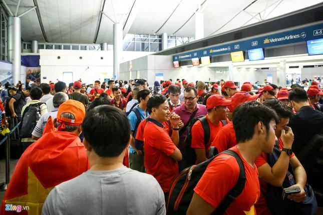 Người hâm mộ, các 'sao' 'tiếp lửa' cho Olympic Việt Nam từ mờ sáng ảnh 2