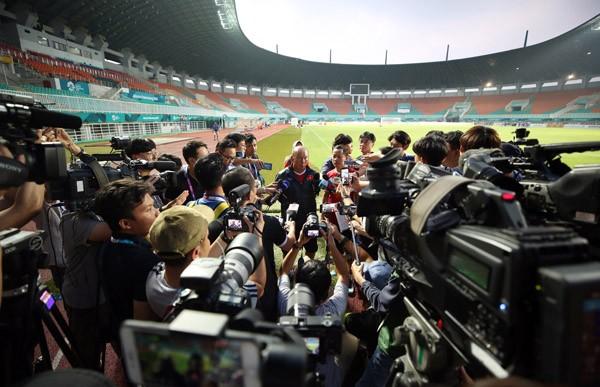 Báo chí Hàn Quốc 'quây' HLV Park Hang-seo ở buổi tập của Việt Nam ảnh 8
