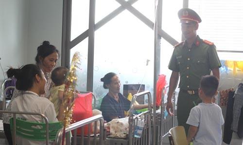 Công đoàn học viện cảnh sát mang 'trung thu hồng' đến bệnh viện ảnh 1