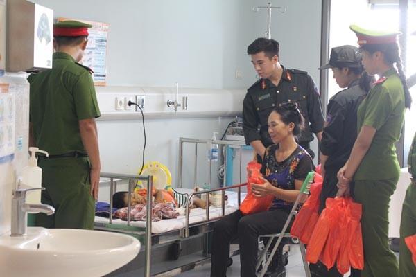 Công đoàn học viện cảnh sát mang 'trung thu hồng' đến bệnh viện ảnh 2