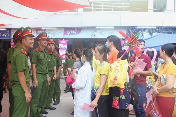 Công đoàn học viện cảnh sát mang 'trung thu hồng' đến bệnh viện ảnh 4