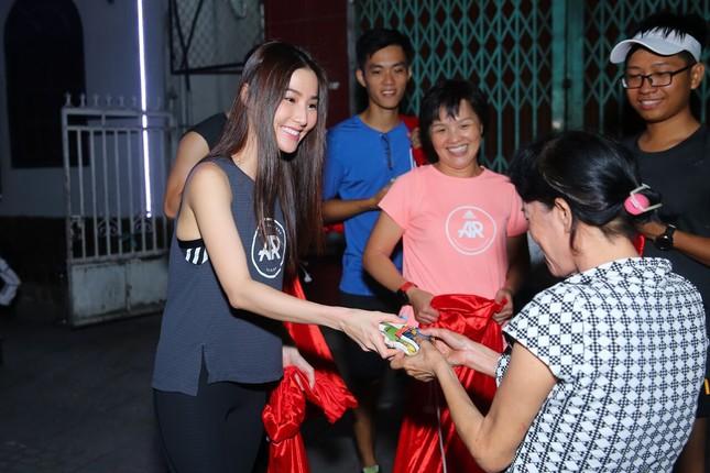Diễm My hóa 'ông già Noel' tặng 700 suất quà cho người nghèo TPHCM ảnh 5