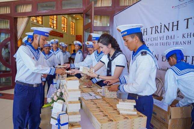 Trao tặng hơn 10 ngàn cuốn sách quý đến cán bộ, chiến sĩ Vùng 4 Hải quân ảnh 3