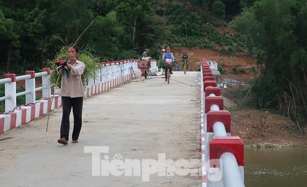 Hơn 2.000 cầu dân sinh xoá cảnh cô giáo chui túi nilong, đu dây vượt suối ảnh 1