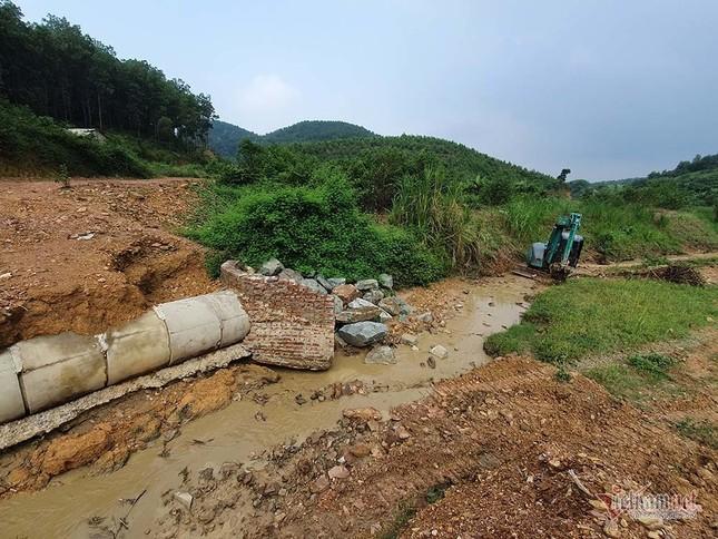 Mùi khủng khiếp ở đồi Mông, nơi xả thải xuống nhà máy nước sông Đà ảnh 13