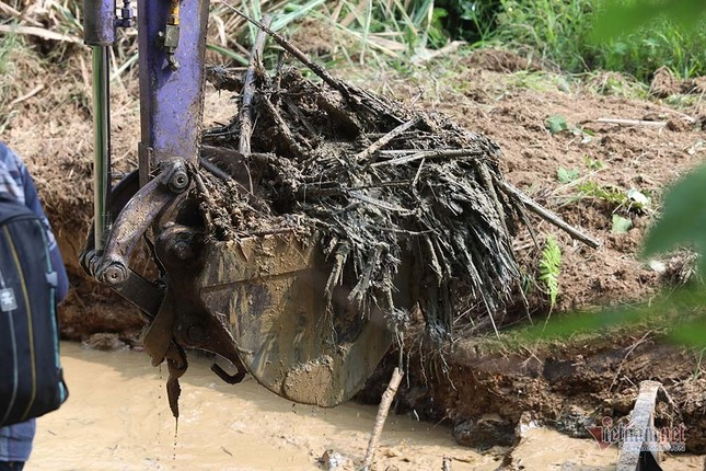 Mùi khủng khiếp ở đồi Mông, nơi xả thải xuống nhà máy nước sông Đà ảnh 8
