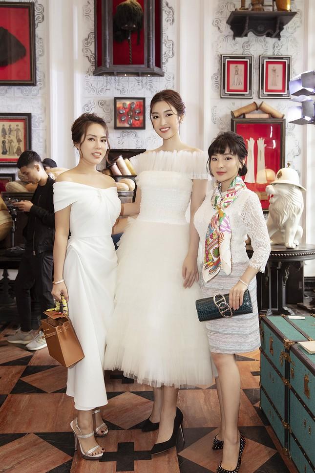 Doanh nhân Vân Nguyễn đọ sắc cùng dàn sao 'khủng' tại show của NTK Lê Thanh Hoà ảnh 2