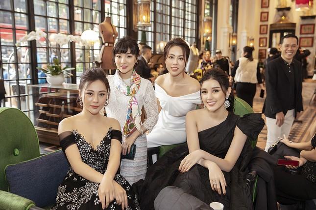 Doanh nhân Vân Nguyễn đọ sắc cùng dàn sao 'khủng' tại show của NTK Lê Thanh Hoà ảnh 4