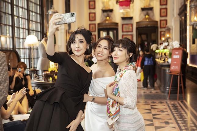 Doanh nhân Vân Nguyễn đọ sắc cùng dàn sao 'khủng' tại show của NTK Lê Thanh Hoà ảnh 5