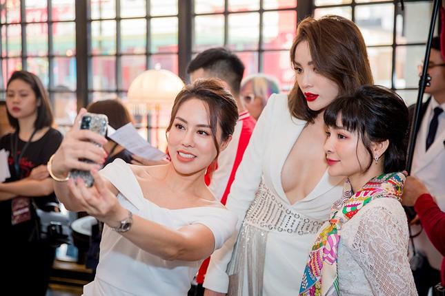 Doanh nhân Vân Nguyễn đọ sắc cùng dàn sao 'khủng' tại show của NTK Lê Thanh Hoà ảnh 8