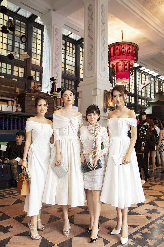 Doanh nhân Vân Nguyễn đọ sắc cùng dàn sao 'khủng' tại show của NTK Lê Thanh Hoà ảnh 9