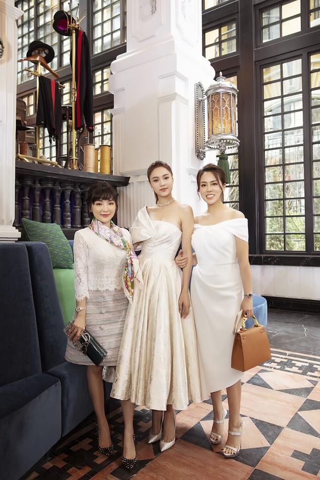 Doanh nhân Vân Nguyễn đọ sắc cùng dàn sao 'khủng' tại show của NTK Lê Thanh Hoà ảnh 10