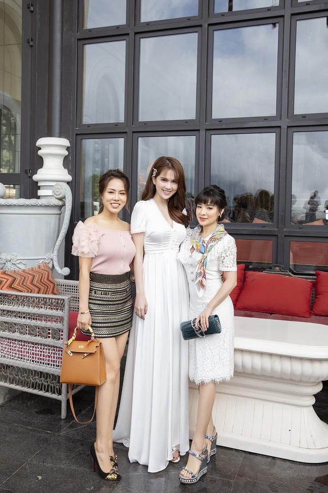 Doanh nhân Vân Nguyễn đọ sắc cùng dàn sao 'khủng' tại show của NTK Lê Thanh Hoà ảnh 11