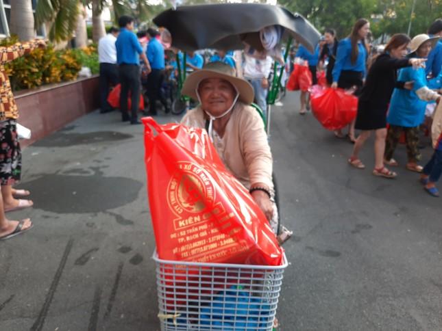 Cty XSKT Kiên Giang: Tặng hơn 1.000 phần quà cho người già và người khuyết tật ảnh 5