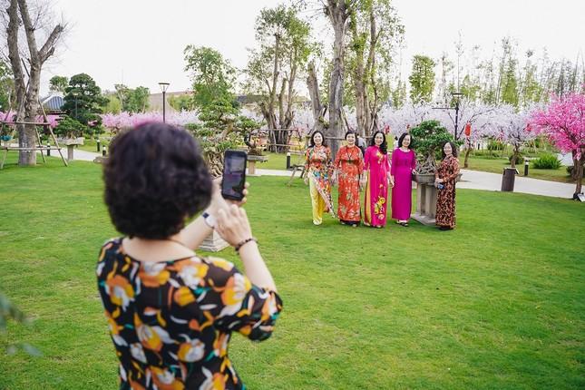 Bộ ảnh áo dài rực rỡ của 'hội bạn thân U60' gây sốt ở lễ hội hoa xuân Vinhomes ảnh 6