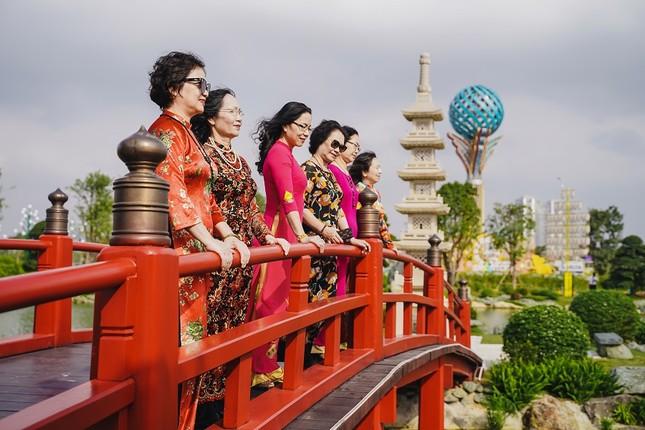 Bộ ảnh áo dài rực rỡ của 'hội bạn thân U60' gây sốt ở lễ hội hoa xuân Vinhomes ảnh 7