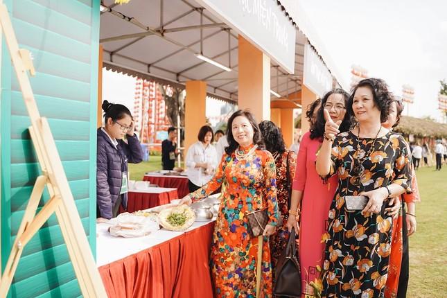 Bộ ảnh áo dài rực rỡ của 'hội bạn thân U60' gây sốt ở lễ hội hoa xuân Vinhomes ảnh 8