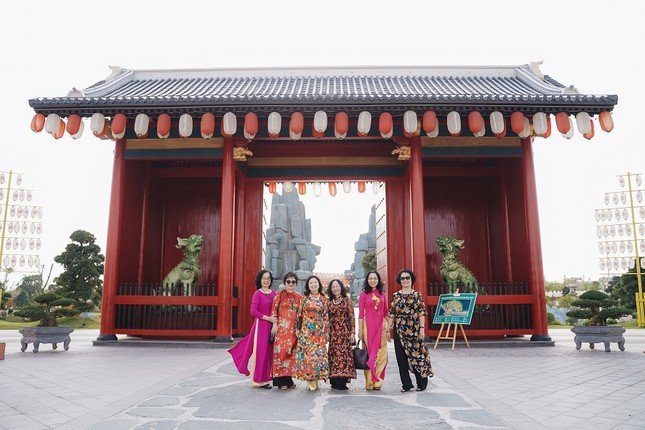 Bộ ảnh áo dài rực rỡ của 'hội bạn thân U60' gây sốt ở lễ hội hoa xuân Vinhomes ảnh 9