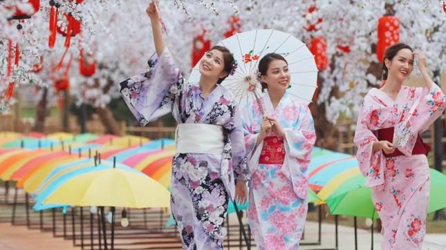 Bắt gặp nhóm bạn thân hotgirl của An Japan tại xứ sở anh đào giữa lòng Hà Nội ảnh 3