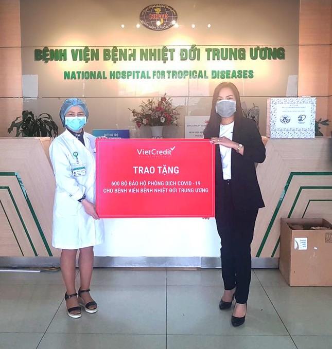 VietCredit trao tặng bệnh viện 1200 bộ đồ bảo hộ, chung tay chống dịch Covid-19 ảnh 1