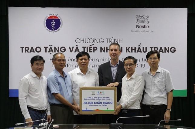 Nestlé Việt Nam ủng hộ Bộ Y tế 88.000 khẩu trang ảnh 1