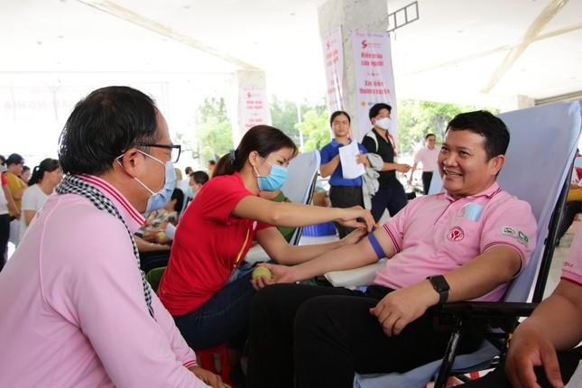 Đông đảo công nhân viên trao giọt máu hồng tại ngày hội 'giọt máu nghĩa tình' ảnh 1