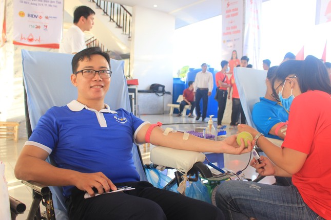 Đông đảo công nhân viên trao giọt máu hồng tại ngày hội 'giọt máu nghĩa tình' ảnh 4