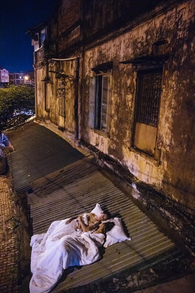 Vụ ảnh cưới 'chăn gối' ở nơi biểu tượng văn hoá: Khi phố đi bộ thành phố nằm ảnh 3