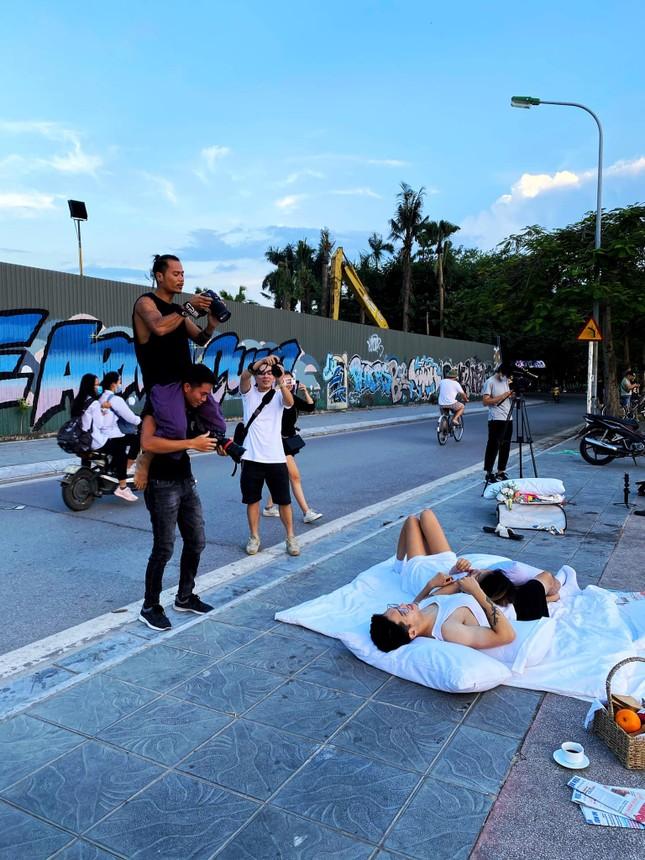 Vụ ảnh cưới 'chăn gối' ở nơi biểu tượng văn hoá: Khi phố đi bộ thành phố nằm ảnh 1