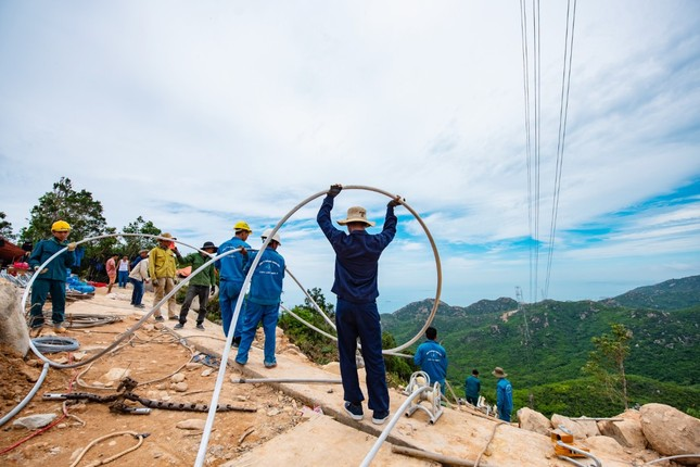 Trungnam Group thắp đèn kéo điện qua núi ảnh 1