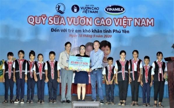 Quỹ sữa vươn cao Việt Nam và Vinamilk trao tặng 83.400 ly sữa cho trẻ em khó khăn Phú Yên ảnh 1