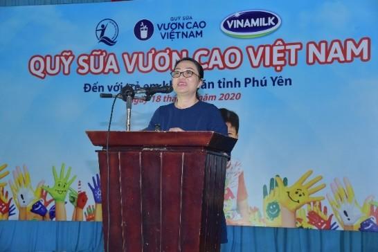 Quỹ sữa vươn cao Việt Nam và Vinamilk trao tặng 83.400 ly sữa cho trẻ em khó khăn Phú Yên ảnh 2