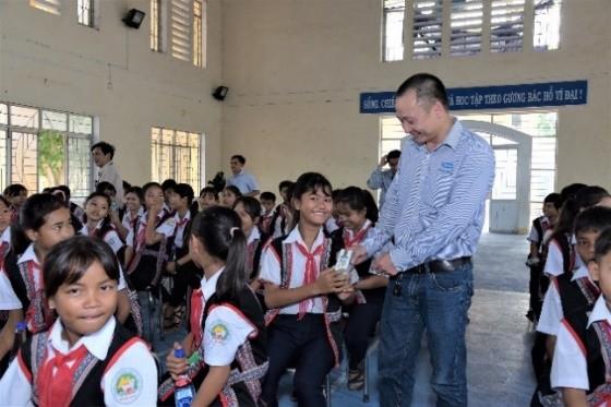 Quỹ sữa vươn cao Việt Nam và Vinamilk trao tặng 83.400 ly sữa cho trẻ em khó khăn Phú Yên ảnh 3