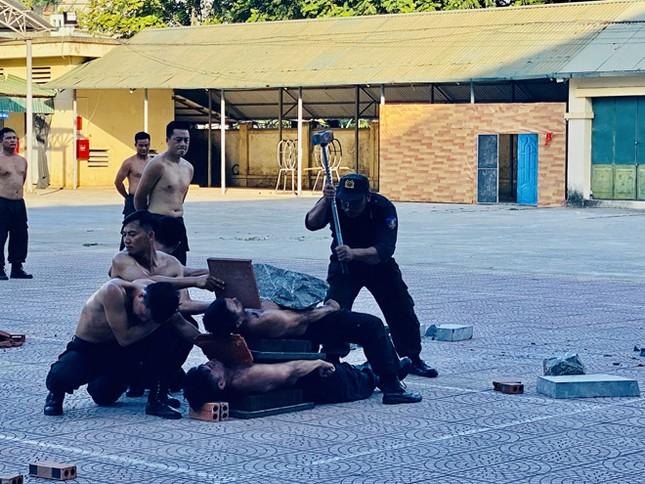 Cảnh sát cơ động Thanh Hóa luyện tập võ thuật bảo vệ đại hội Đảng ảnh 1