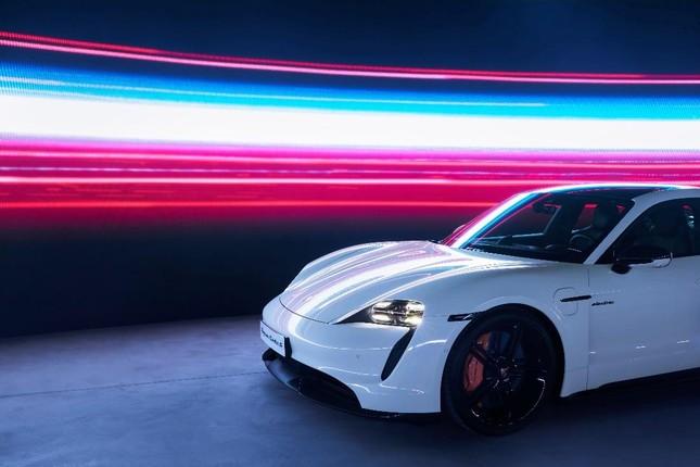 Porsche chính thức ra mắt dòng xe thể thao thuần điện cao cấp Taycan tại Việt Nam ảnh 2